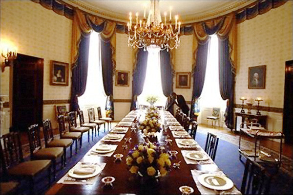 Based on the size 140 people could have dinner at the White House's dining table at the same time.