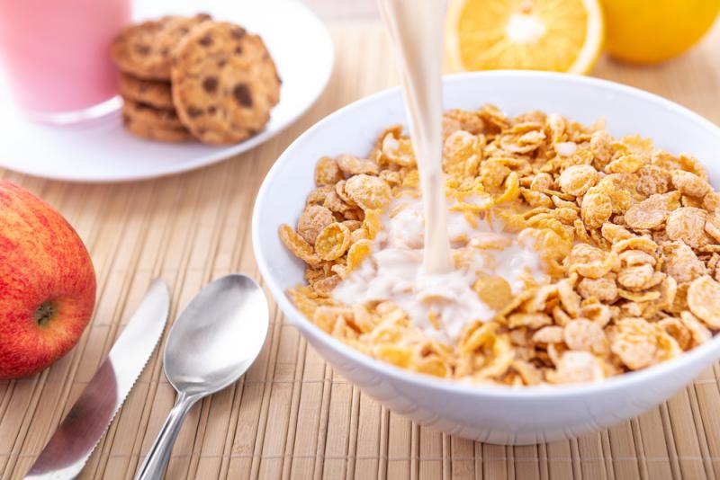 The fiber provided by one medium size orange is equivalent to the fiber provided 7 cups of cornflakes.
